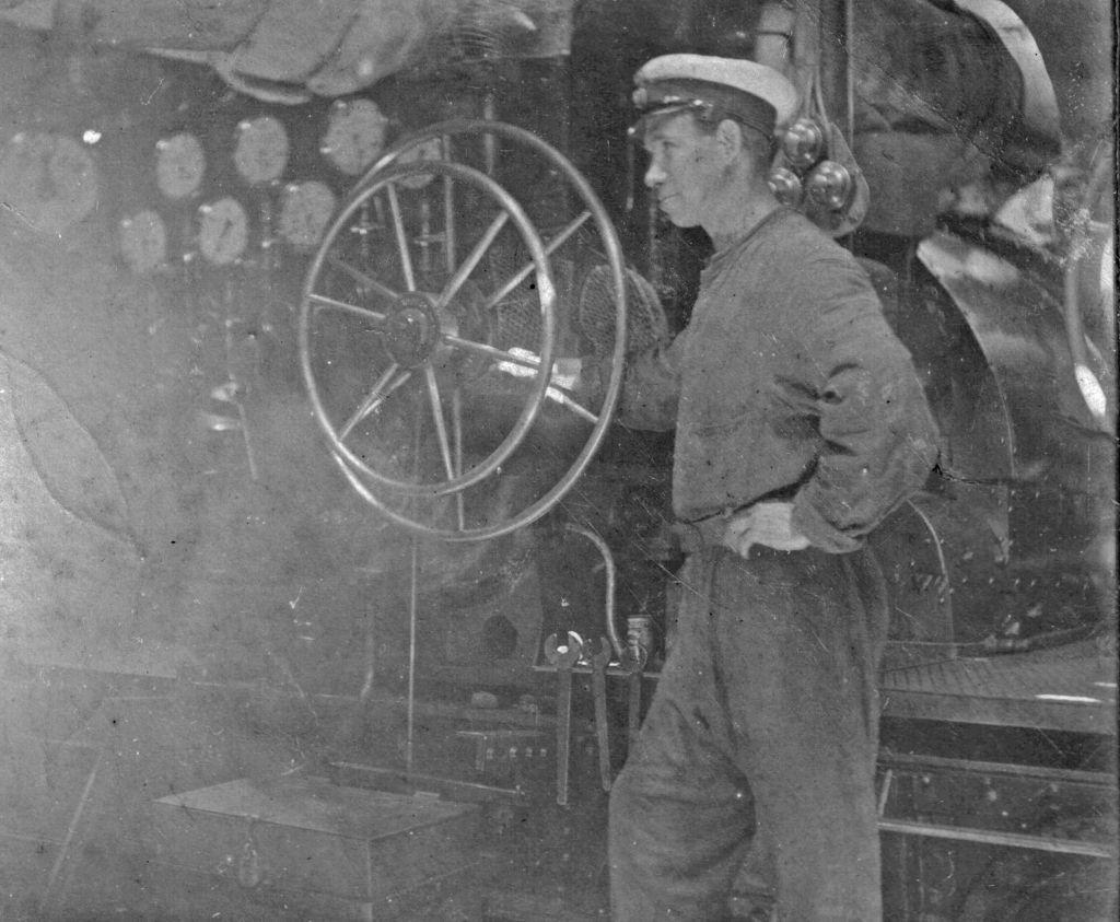WW1 engine room - throttle jockey